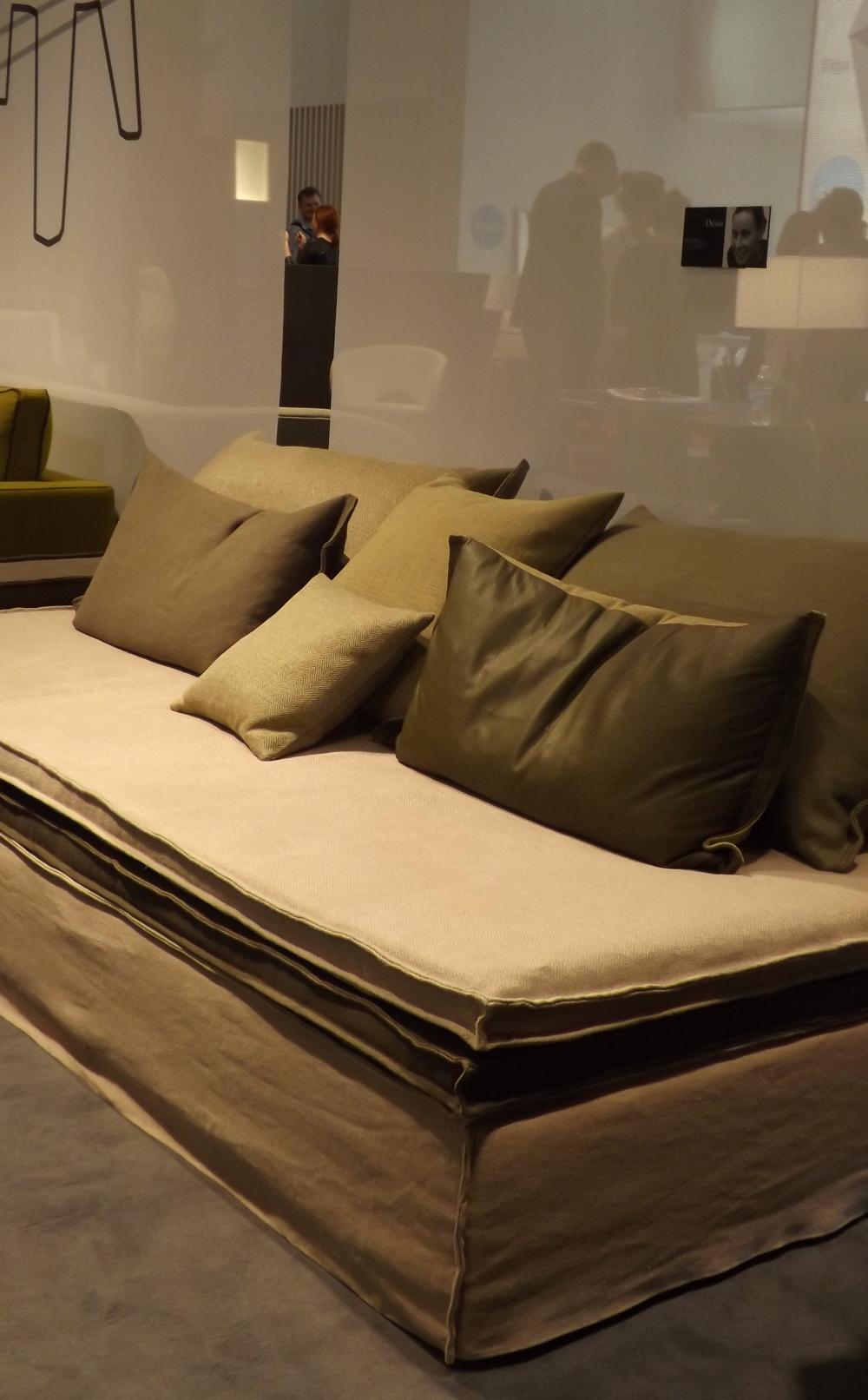 5 tendències en mobiliari i decoració que marca Milà: tocs envellits o gastats en teixits i catifes. Un article de Sese Jover Interiors