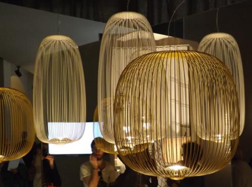 La llum i la il·luminació: darreres tendències en decoració i interiorisme vistes a la Fira de Milà. Elements que tendeixen a fer desaparèixer l'embolcall i potencien la bombeta. Un article de @SeseJover
