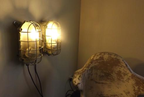 La llum i la il·luminació: darreres tendències en decoració i interiorisme vistes a la Fira de Milà. L'aspecte industrial s'ha posat molt de moda, així com les bombetes en solitari. Un article de @SeseJover