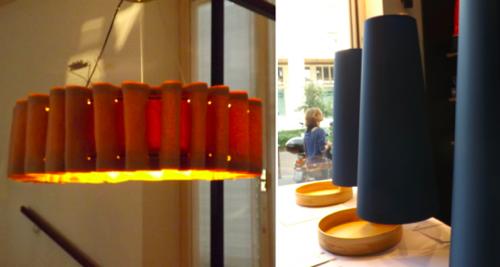 La llum i la il·luminació: darreres tendències en decoració i interiorisme vistes a la Fira de Milà. Les pantalles segueixen molt vigents tant en el seu estat més tradicional, com en noves idees. Un article de @SeseJover