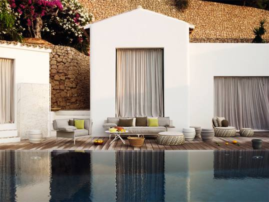 Consells per crear un espai relaxant: lleugeresa i comoditat. Mobiliari del proveïdor Dedon, un article de @SeseJover (Sese Jover Interiors)
